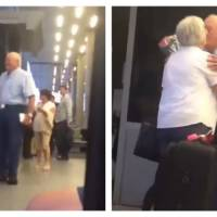 La vidéo de ce couple de personnes âgées se retrouvant à l'aéroport a fait craquer la Toile