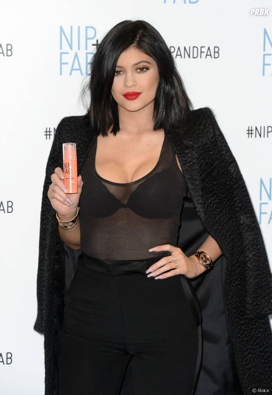 Kylie Jenner : décolleté transparent sexy à Londres le 14 mars 2015