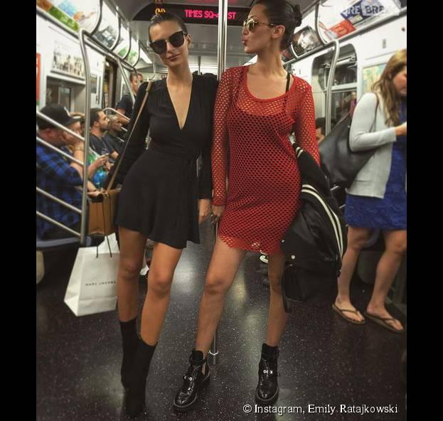 Emily Ratajkowski sexy et incognito dans le métro de New York