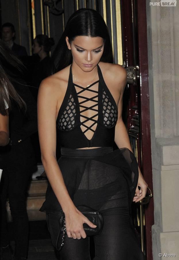 Kendall Jenner dans une tenue provoc' et transparente à Paris, le 30 septembre 2015