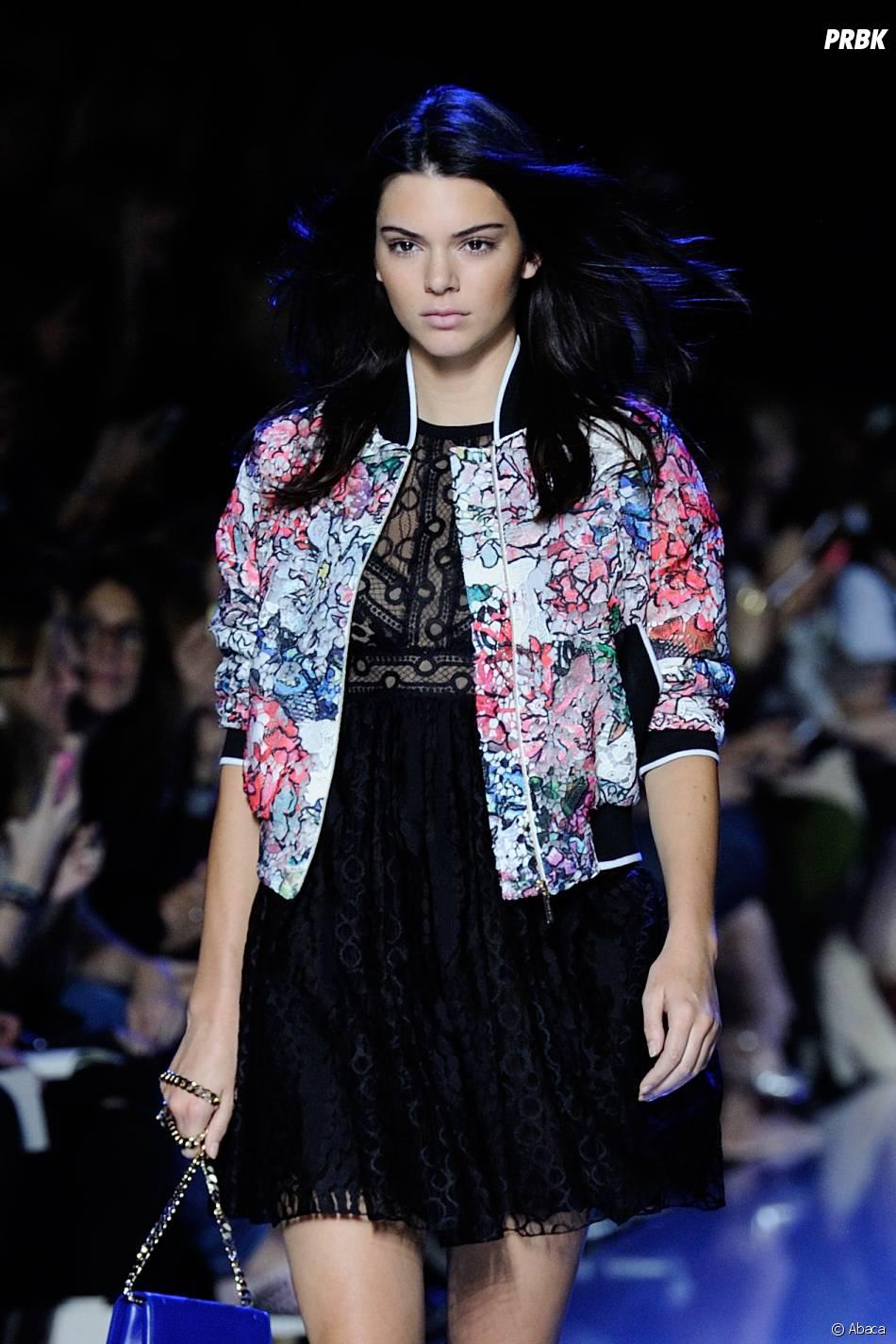 Kendall Jenner défile pour Elie Saab de la Fashion Week de Paris le 3 octobre 2015