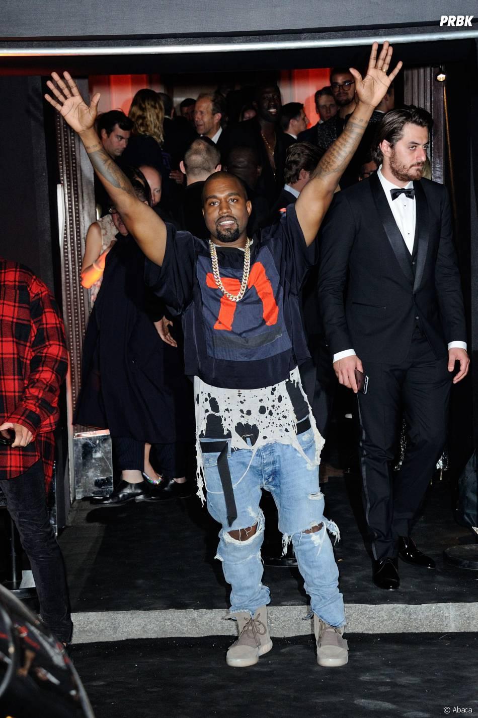 Kanye West souriant pour fêter les 95 ans du magazine Vogue à Paris le 3 octobre 2015