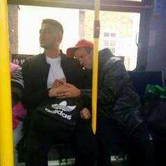 Un handicapé mental rassuré par un inconnu dans un bus bondé : la photo qui émeut Facebook