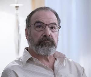 Homeland saison 5, épisode 4 : Saul (Mandy Patinkin) sur une photo