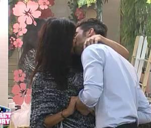 Ali et Nathalie s'embrassent lors de la quotidienne du 21 octobre 2015, sur NT1