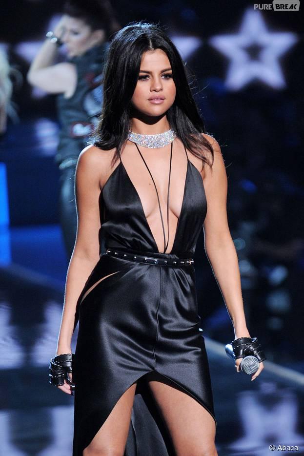 Selena Gomez sexy en robe noire au défilé Victoria's Secret 2015 à New-York, le 10 novembre 2015