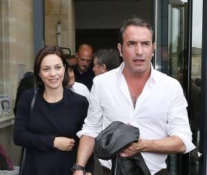 Jean Dujardin et Nathalie Péchalat en couple lors de l'inauguration d'un cinéma au nom de l'acteur à Lesparre, le 27 juin 2015