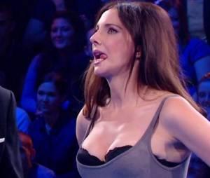 Frédérique Bel sexy avec son décolleté dans Vendredi tout est permis le 8 janvier 2016