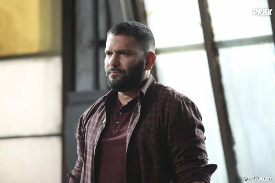 Scandal saison 5, épisode 10 : Huck (Guillermo Diaz) sur une photo