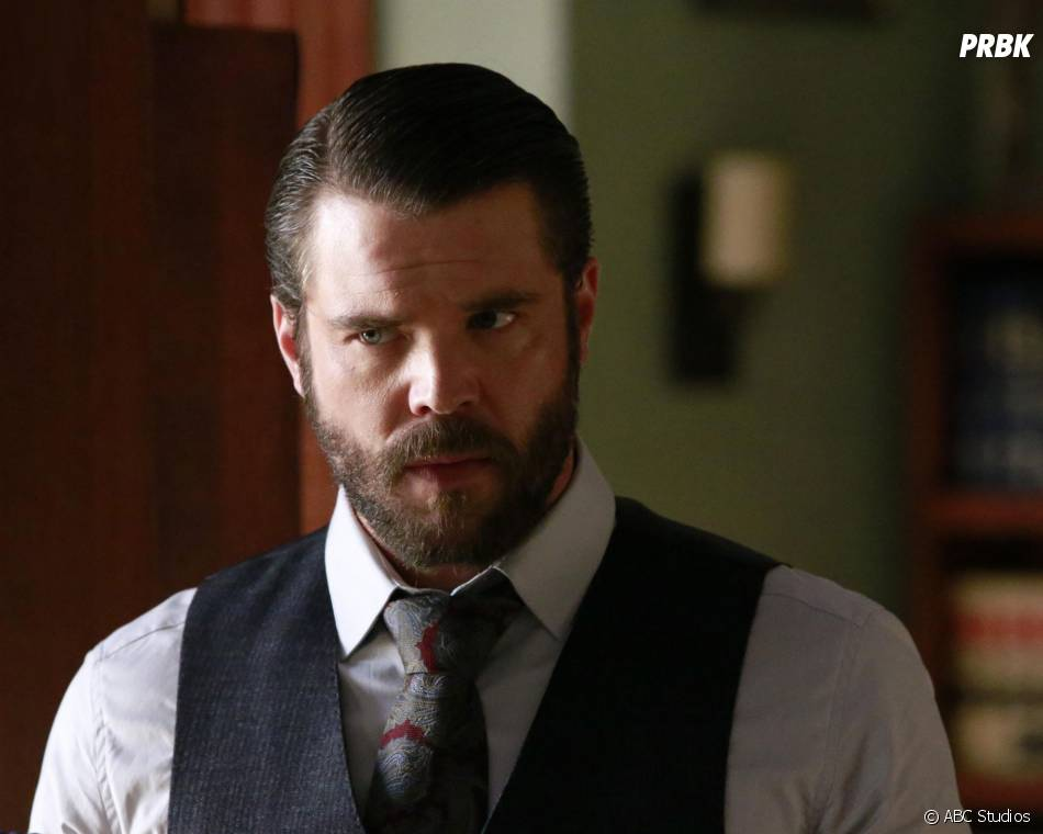 How to Get Away with Murder saison 2, épisode 14 : Frank (Charlie Weber) sur une photo