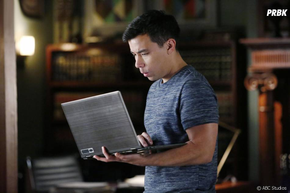 How to Get Away with Murder saison 2, épisode 14 : Oliver (Conrad Ricamora) sur une photo
