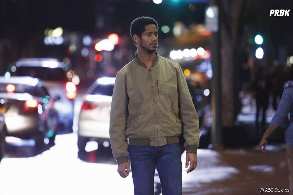 How to Get Away with Murder saison 2, épisode 14 : Wes (Alfred Enoch) sur une photo