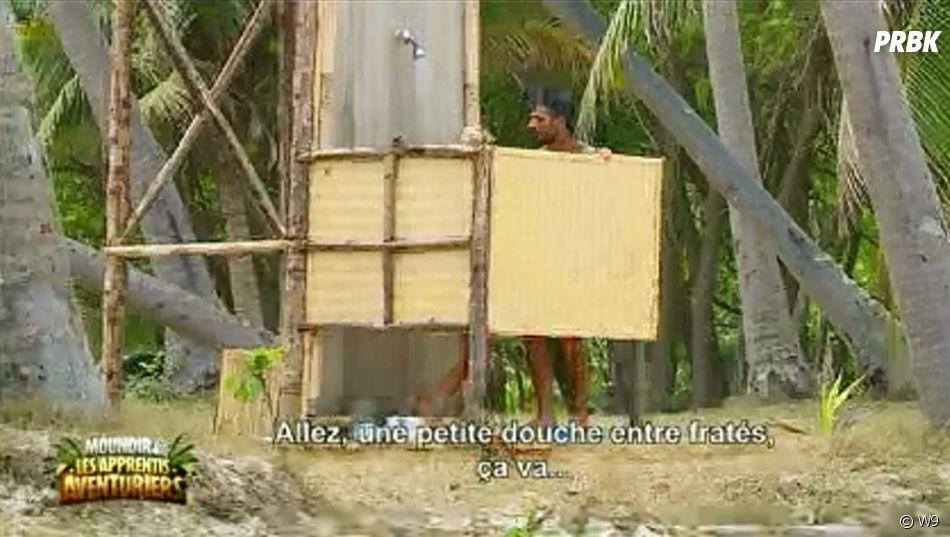 Aurélie Dotremont se fait draguer par Julien sous la douche dans Moundir et les apprentis aventuriers.
