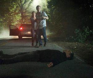 The Vampire Diaries saison 8, épisode 1 : Enzo piège un couple sur une photo