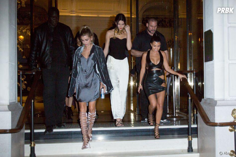 Kourtney Kardashian, Kendall Jenner et Hailey Baldwin en soirée à Paris, pendant que Kim Kardashian devait être en train de se faire agresser à Paris.
