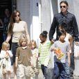 Brad Pitt et Angelina Jolie ne seraient pas d'accord sur la garde des enfants, c'est pour ça que Brad n'aurait pas signé.