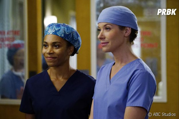Grey's Anatomy saison 13, épisode 6 : Leah (Tessa Ferrer) et Maggie (Kelly McCreary) sur une photo