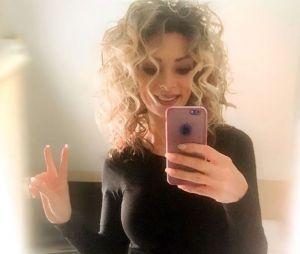 Aprè sa coupe façon Grease, Emilie Nef Naf et passée au blond platine.