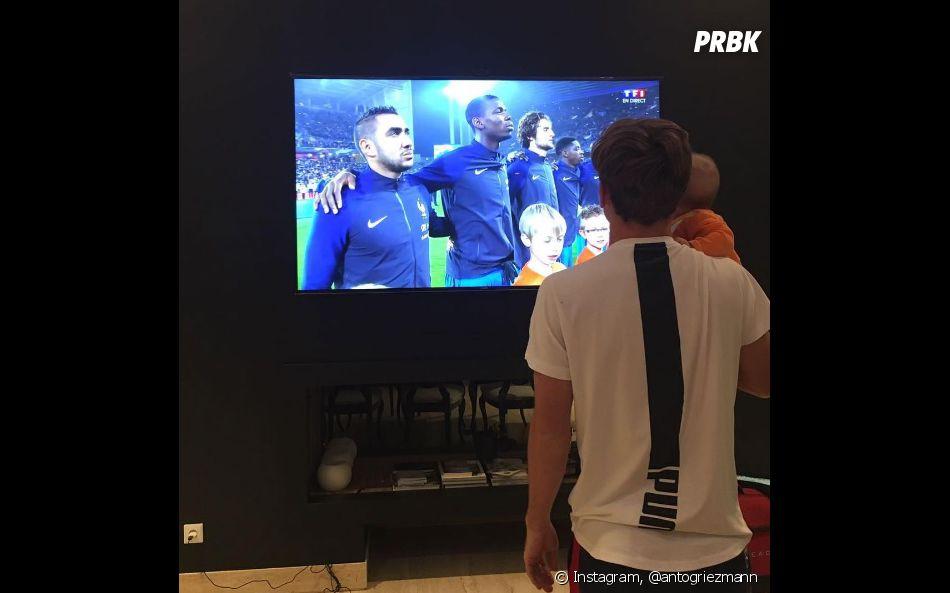 Antoine Griezmann pose avec sa fille Mia devant le match France/Côte d'Ivoire