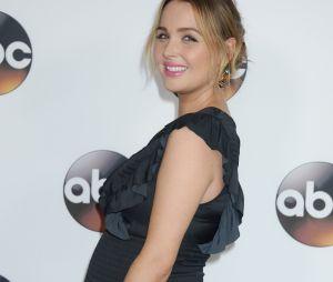Camilla Luddington de Grey's Anatomy enceinte et rayonnante sur le tapis rouge du TCA en janvier 2017