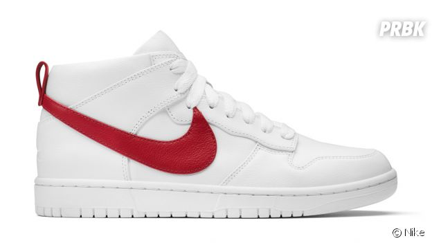 Les sneakers NikeLab Dunk Lux Chukka x RT en blanc/rouge.
