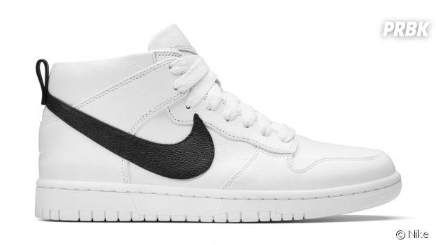 Les sneakers NikeLab Dunk Lux Chukka x RT en blanc/noir.