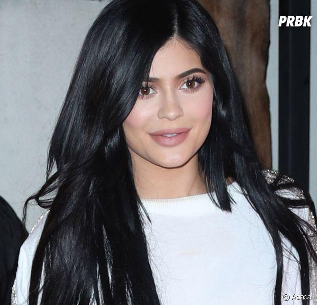 Kylie Jenner se rend au bal de promo d'un de ses admirateurs