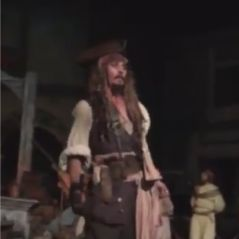 Johnny Depp débarque à Disneyland... en Jack Sparrow !