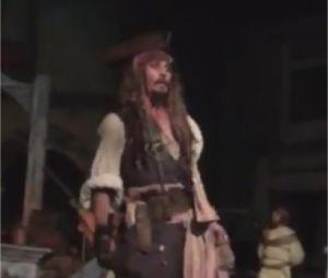 Johnny Depp débarque à Disneyland déguisé en Jack Sparrow