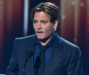 Johnny Depp accusé de porter une oreillette sur ses tournages : les révélations chocs