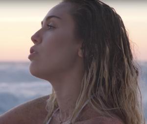 """Miley Cyrus assagie : elle déclare son amour à Liam Hemsworth dans le clip """"Malibu"""" !"""