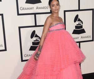 Miley Cyrus moquée sur Twitter à cause de sa robe rose qui rappelle celle de Rihanna aux Grammy Awards en 2015.