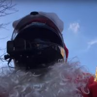 Un youtubeur déguisé en Père Noël poursuit une conductrice en fuite et permet son interpellation