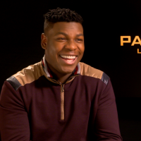 """John Boyega : """"Pacific Rim Uprising est comme un jeu vidéo sur grand écran"""" interview"""
