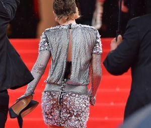 Kristen Stewart finit la montée des marches pieds nus à la projection de BlacKkKlansman à Cannes le 14 mai 2018