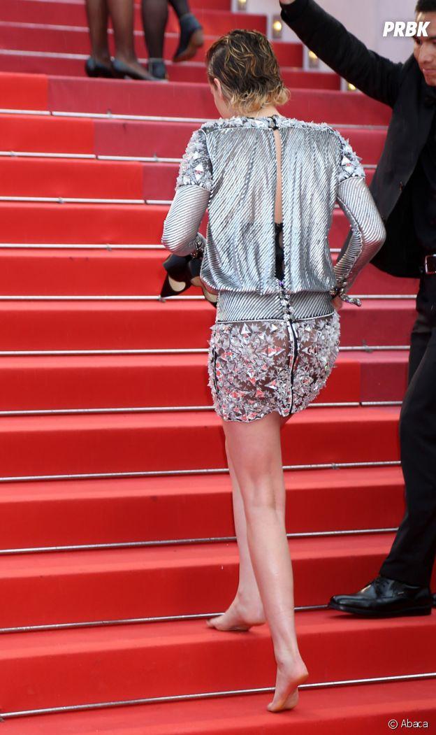Kristen Stewart monte les marches pieds nus à la projection de BlacKkKlansman à Cannes le 14 mai 2018