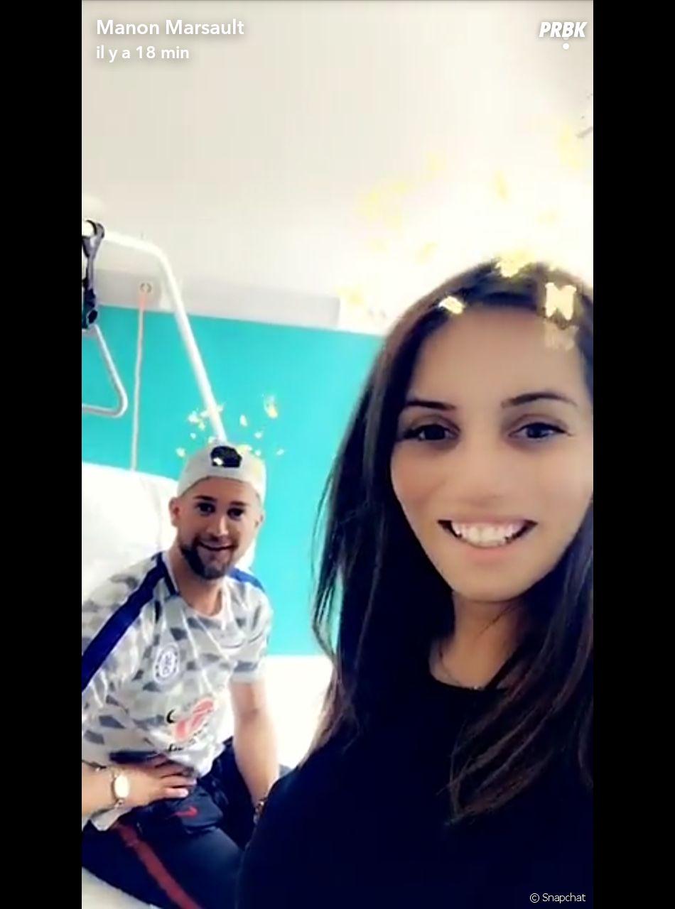 Paga (Moundir 3) rend visite à Manon Marsault à l'hôpital après son accouchement