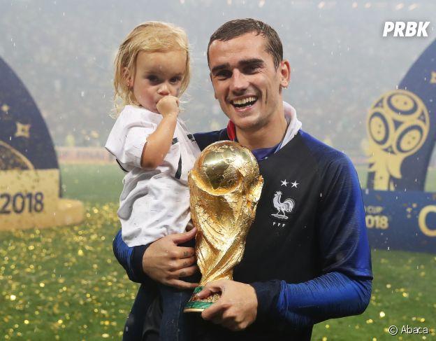 Antoine Griezmann et sa petite Mia fêtent la victoire des Bleus lors de la Coupe du Monde 2018 le 15 juillet à Moscou