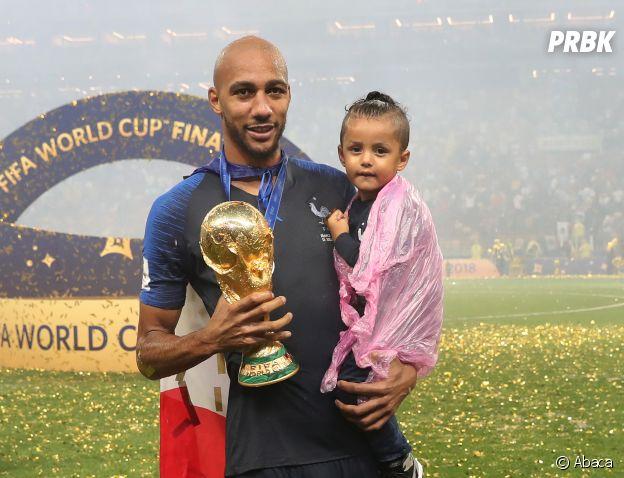 Steven Nzonzi et sa fille fêtent la victoire des Bleus lors de la Coupe du Monde 2018 le 15 juillet à Moscou