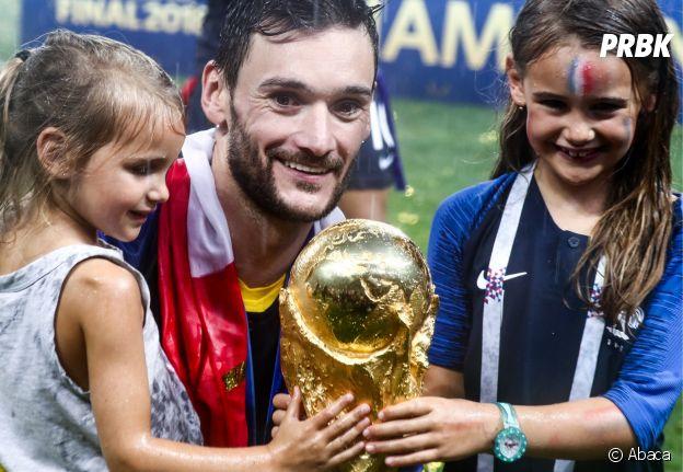 Hugo Lloris et ses filles Anna-Rose et Giuliana fêtent la victoire des Bleus lors de la Coupe du Monde 2018 le 15 juillet à Moscou