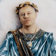 "Clip ""How To Play The Flute"" : Macklemore se transforme en dieu grec et se met à nu 🙈"