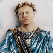 """Clip """"How To Play The Flute"""" : Macklemore se transforme en dieu grec et se met à nu 🙈"""