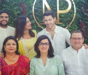 Nick Jonas prend la pose avec la famille de Priyanka Chopra