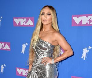 Jennifer Lopez sur le red carpet des MTV VMA 2018.