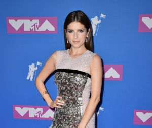 Anna Kendrick sur le red carpet des MTV VMA 2018.