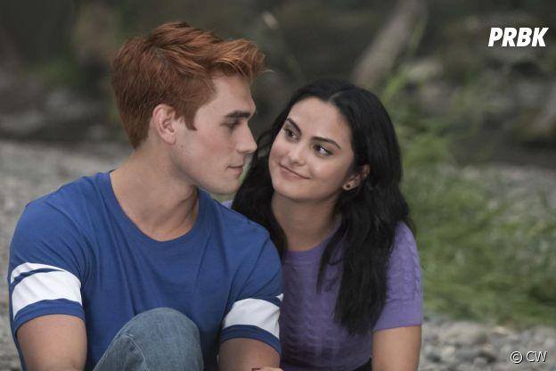 Riverdale saison 3, épisode 1 : Archie (KJ Apa) et Veronica (Camila Mendes) sur une photo