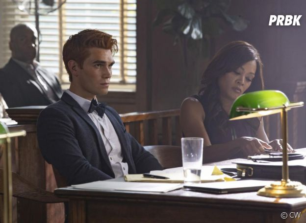 Riverdale saison 3, épisode 1 : Archie (KJ Apa) au tribunal sur une photo