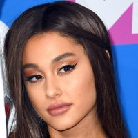 """Ariana Grande s'offre un nouveau tatouage... avec une faute. Son """"7 rings"""" devient un barbecue"""