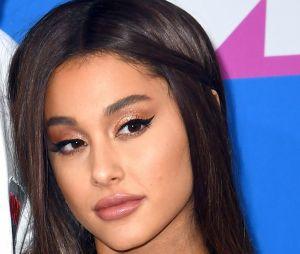 """Ariana Grande dévoile son nouveau tatouage... raté, parce qu'au lieu de signifier """"7 Rings"""" comme sa chanson, il veut dire """"barbecue"""" en japonais !"""