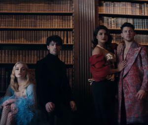 """Les Jonas Brothers de retour avec """"Sucker"""" : leurs chéries Priyanka Chopra, Sophie Turner et Danielle Jonas sont réunies dans le clip."""